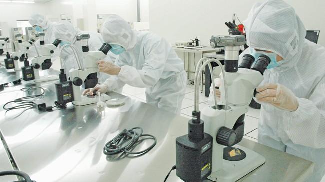 Các kỹ sư ICDREC chế tạo chip sinh học tại Khu Công nghệ cao TPHCM. Ảnh: ICDREC cung cấp