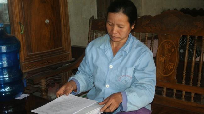 Bà Nguyễn Thị Mai, vợ tử tù Hàn Đức Long, bên tập hồ sơ kêu oan cho chồng