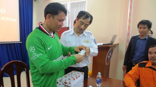Bếp trưởng Rojas Angelito Capindo (lề trái) nhận quà tặng của Trung tâm phối hợp tìm kiếm cứu nạn khu vực III