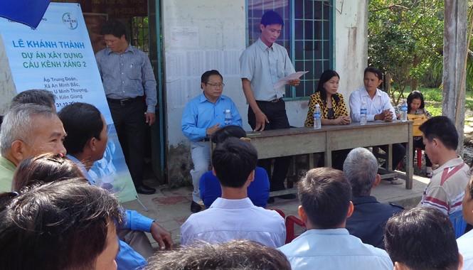 Ông Trương Trọng Thể, Chủ tịch UBND xã An Minh Bắc cùng bà con chia sẻ niềm phấn khởi khi đón nhận cầu Kênh Xáng 2