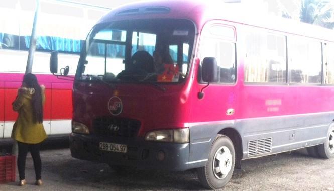 Mang logo Xí nghiệp xe khách Nam (Transerco) nhưng xe 29B-05497 lại treo biển xe Hà Hương để bắt khách. Ảnh hành khách cung cấp