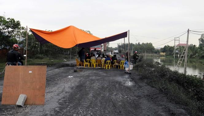 Người dân dựng lều bạt, kê ghế tập trung trên đường đê