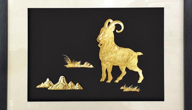 Tranh dê phú quý mạ vàng có giá 4,5 triệu đồng