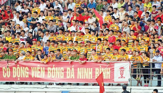 CĐV Ninh Bình sẽ không còn được thưởng thức bóng đá đỉnh cao sau khi CLB Ninh Bình quyết định giải thể. Ảnh: VSI