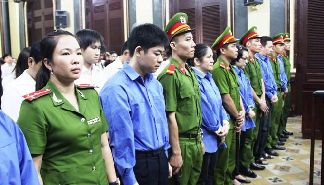 Các bị cáo trong vụ án Huyền Như và đồng phạm nghe HĐXX tuyên án. Ảnh: Việt Văn