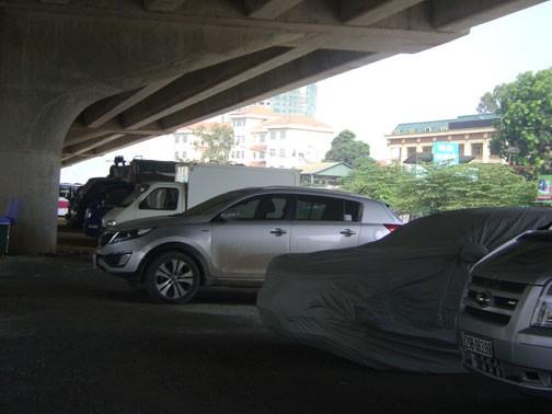 Không cấp phép trông, giữ xe dưới gầm cầu vượt vành đai 3