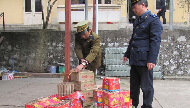 Các ngành chức năng Lạng Sơn ngăn chặn cơn lốc pháo nổ Trung Quốc nhập lậu. Ảnh: Duy Chiến.