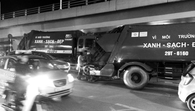 Hai xe rác đỗ cùng lúc trên đường Đại Cồ Việt lúc 18h30' ngày 16/12.
