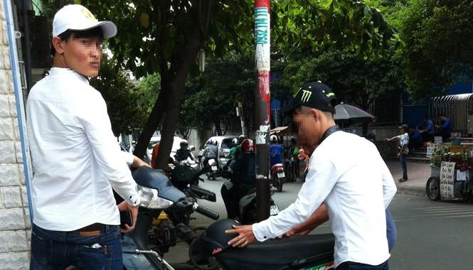 Hùng (bên phải) cùng đồng bọn áo trắng chuyên cung cấp bằng giả cho người muốn mua