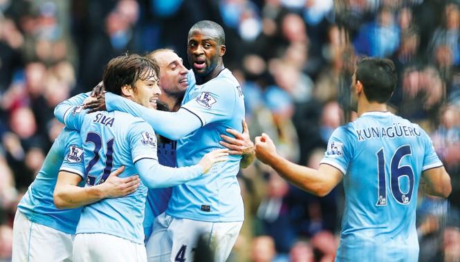 Liệu Man City có vượt lên trong cuộc đua đầu bảng với Chelsea. Ảnh: Daily Mail