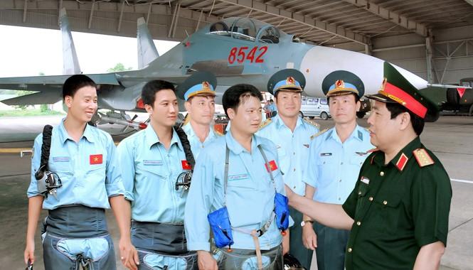 Đại tướng Phùng Quang Thanh, Bộ trưởng Bộ Quốc phòng, chúc mừng phi công Đỗ Mạnh Hùng và tổ bay Su 30MK2 vừa hoàn thành nhiệm vụ tuần tiễu biển đảo xa.