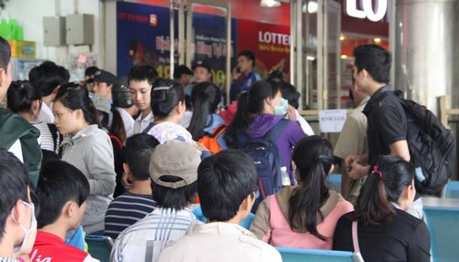 Bên trong khu vực bán vé đã chật kín người ngồi đợi để đến số thứ tự của mình
