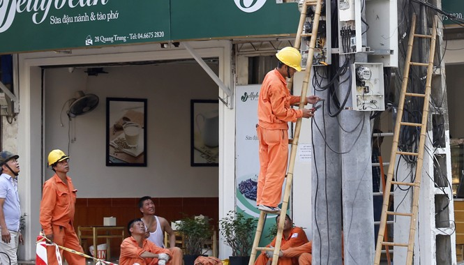 """EVN """"kêu khó"""" vì giá điện không được tăng và xin tăng thêm chi phí vào giá điện năm 2015. Ảnh: Như Ý"""