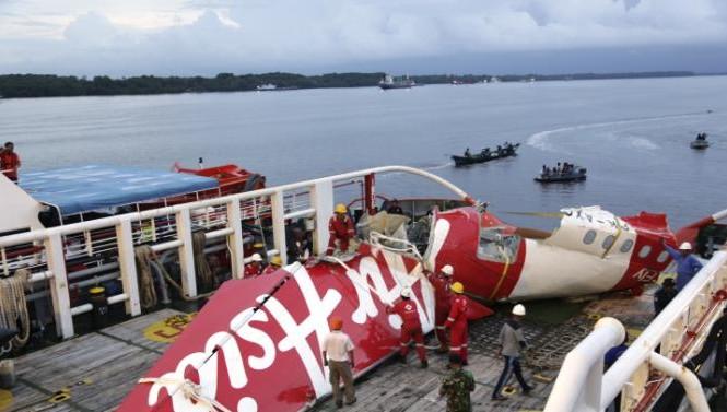Nhiều mảnh vỡ lớn của máy bay AirAsia QZ8501 đã được trục vớt (Ảnh: AP)