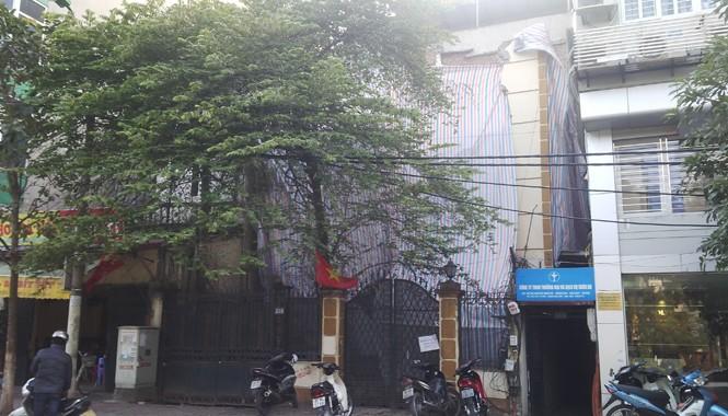 Hiện trường ngôi nhà bị sập được phủ bạt. Ảnh: Thanh Hà