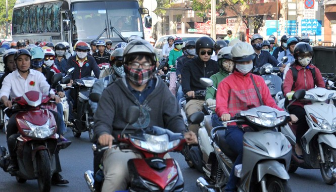 Sài Gòn lạnh 18 độ C, người dân phải mặc áo ấm khi ra đường. Ảnh: Ngô Bình