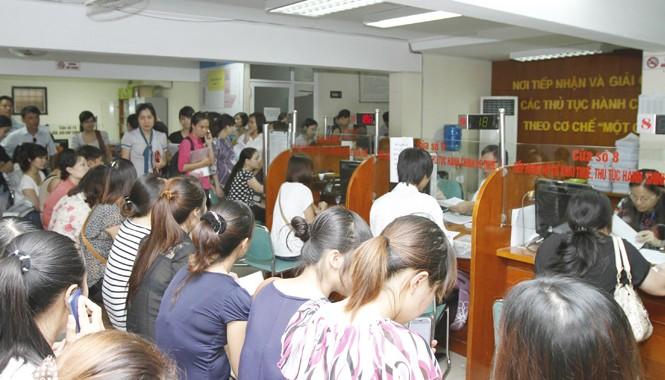 Người dân xếp hàng chờ đợi để giải quyết các thủ tục thuế tại Chi cục Thuế quận Hai Bà Trưng (Hà Nội). Ảnh: Như Ý