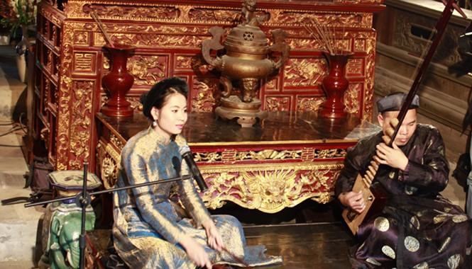 Đào kép trẻ Hải Phòng phục dựng một cách bài bản hát cửa đình . Ảnh: Toan Toan