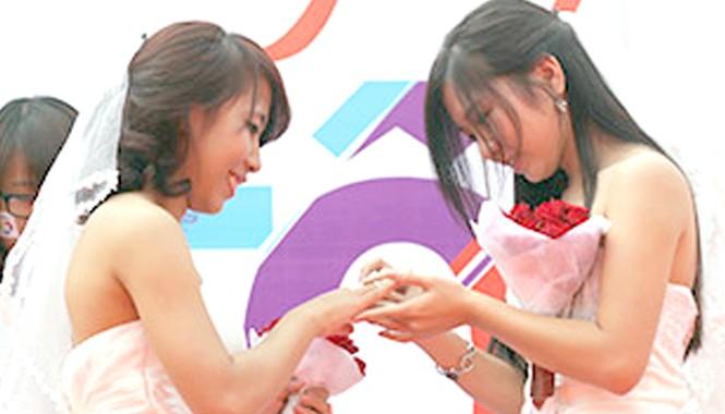 Ngày 27/10/2013, đám cưới đồng tính đầu tiên được tổ chức tại cổng công viên Thống Nhất (Hà Nội)