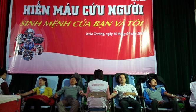 Các ĐVTN Nam Định tích cực hiến máu. Ảnh: Thái An