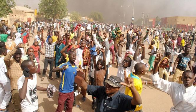 Đợt biểu tình phản đối báo Pháp Charlie Hebdo tại Nigeria biến thành bạo lực. Ảnh: CNN