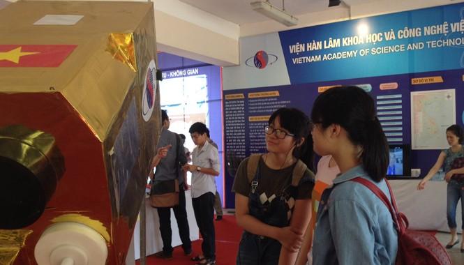 Các bạn trẻ quan sát mô hình vệ tinh VNRED Sat-1 tại Viện Hàn lâm Khoa học và Công nghệ Việt Nam trong ngày Khoa học và Công nghệ Việt Nam được tổ chức lần đầu tiên (18/5/2014)