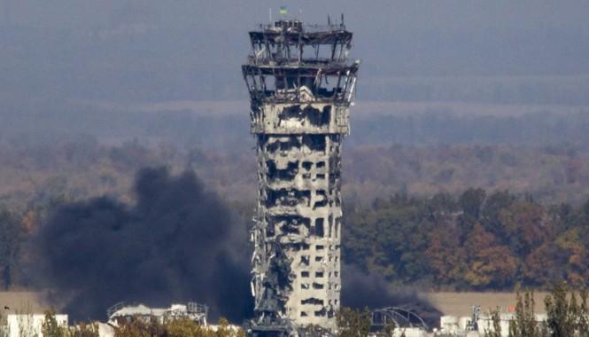 Tháp không lưu của sân bay Donetsk bị tàn phá. Ảnh: Getty Images