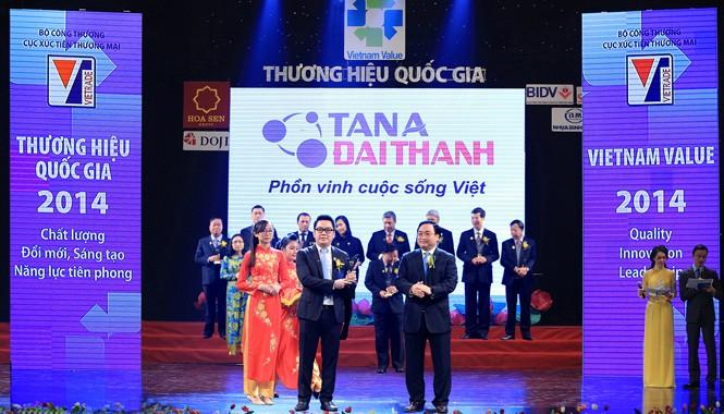 Ông Nguyễn Duy Chính - Tổng giám đốc Tập đoàn Tân Á Đại Thành nhận Thương hiệu Quốc gia 2014.