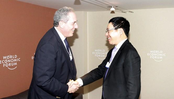 Phó Thủ tướng, Bộ trưởng Ngoại giao Phạm Bình Minh gặp Đại diện Thương mại Mỹ Michael Froman. Ảnh: BNG