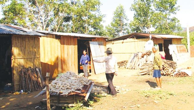 Các hộ dân về nơi ở mới dựng nhà sống nhờ vào sự đùm bọc của người dân
