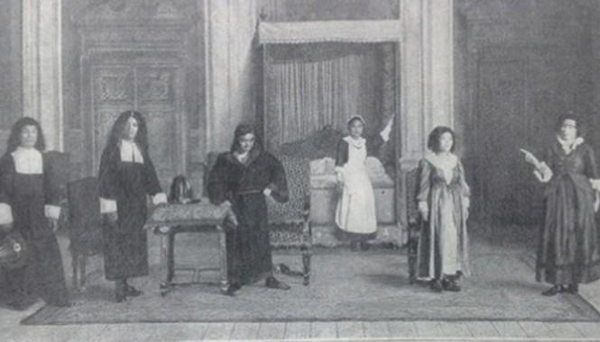 Hồi 2, cảnh 6: Cảnh Beline tố cáo thái độ hỗn láo của Angelique. Ông Vượng (trong vai Thomas Diafoirus); Ông Vĩnh (trong vai Diafoirus); Ông Duyệt (trong vai Argen); Cô Tửu (trong vai Toinette); Bà Kao (trong vai Angelique); Bà Tuất (trong vai Beline)