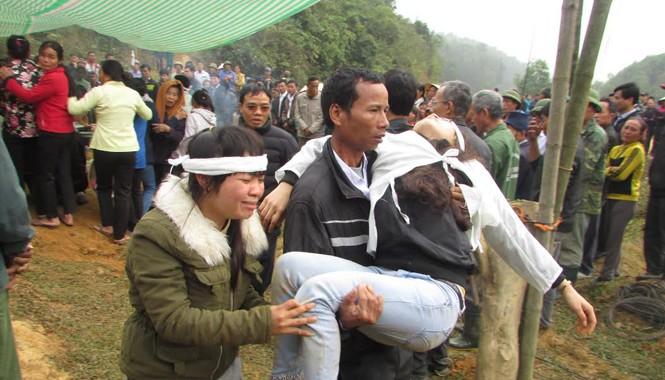 Hàng trăm người thân của các nạn nhân vụ tai nạn chờ đón thi thể ở Anh Sơn. Ảnh: Cảnh Huệ