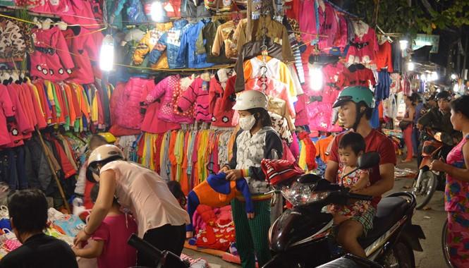 Công nhân tìm đến những quầy bán hàng hạ giá để mong kiếm được đồ như ý. Ảnh: Ngô Bình