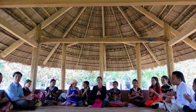 Học sinh Trường Dân tộc bán trú tiểu học liên xã La Dêê - Đắc Tôi sinh hoạt trong nhà Gươl của trường
