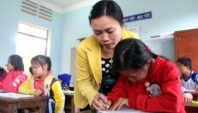 Cô Tâm hướng dẫn các em học bài. Ảnh: H. Văn