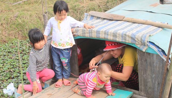 """Mẹ con chị Phùng Thị Trang bên """"ngôi nhà thuyền"""" của gia đình"""