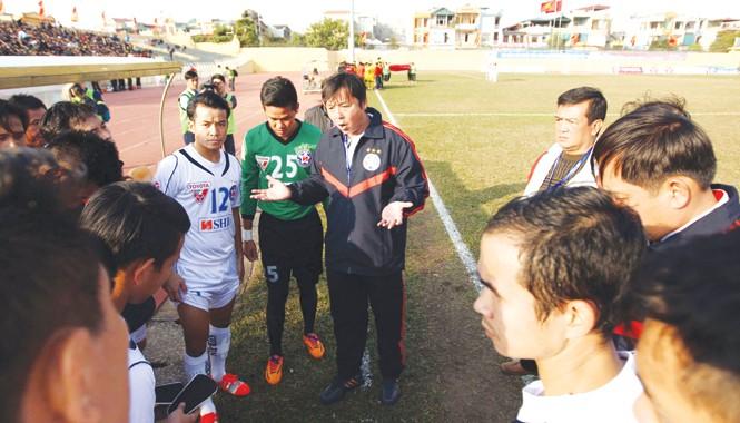 HLV Lê Huỳnh Đức (ngoài cùng bên phải ) vẫn được tin tưởng dù SHB Đà Nẵng chỉ có 1 điểm sau 5 vòng đấu. Ảnh: VSI