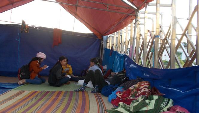 Người dân vẫn túc trực ở cổng nhà máy cồn Ethanol Đại Tân. Ảnh: Nguyễn Trang