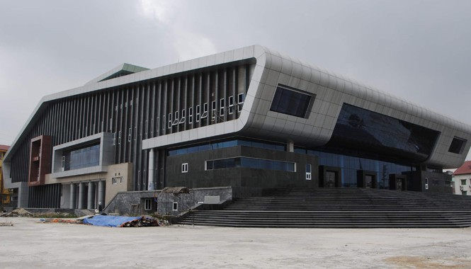Nhà hát huyện Đan Phượng được đầu tư hơn 117 tỷ đồng, cơ bản đã hoàn thành nhưng chưa thể bàn giao do thiếu thiết bị. Ảnh: Hà Anh