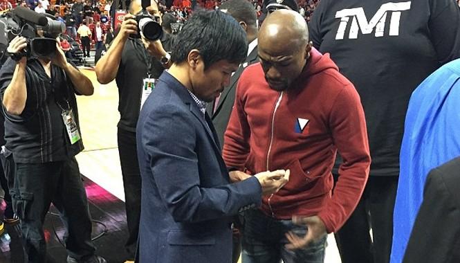 Mayweather (phải) và Pacquiao (trái) trao đổi số điện thoại trước khi thảo luận trực tiếp về trận đấu 300 triệu USD