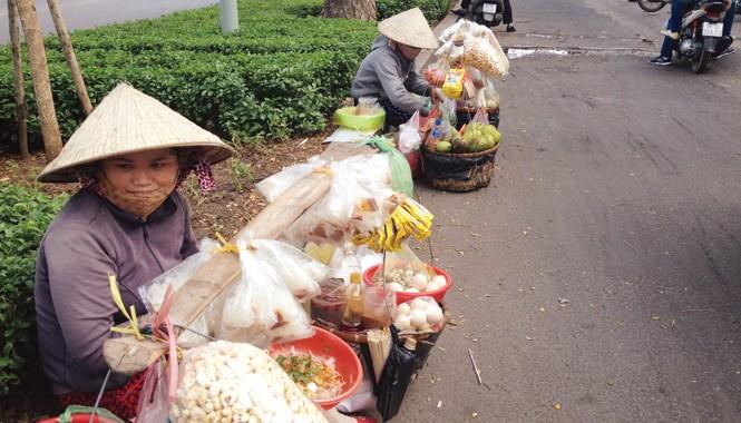 Những gánh hàng rong trên đường Nguyễn Văn Cừ (quận 5, TPHCM)