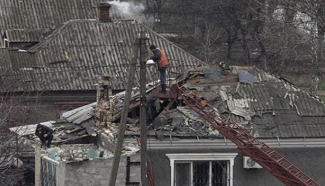 Nhà dân tại thành phố Mariupol của Ukraine bị hư hỏng trong đợt pháo kích mới đây. Ảnh: Sputnik