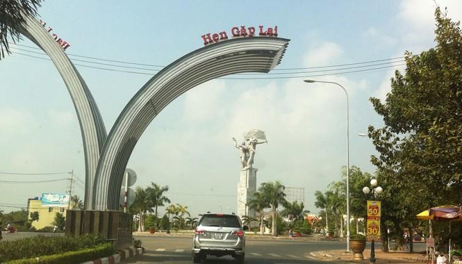 Cổng chào vầng trăng khuyết ở cửa ngõ thành phố Bạc Liêu. Ảnh: Sáu Nghệ