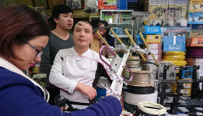 Một anten thu truyền hình số mặt đất không nguồn gốc được bán ở Hà Nội với giá 70 nghìn đồng. Ảnh: Như Ý