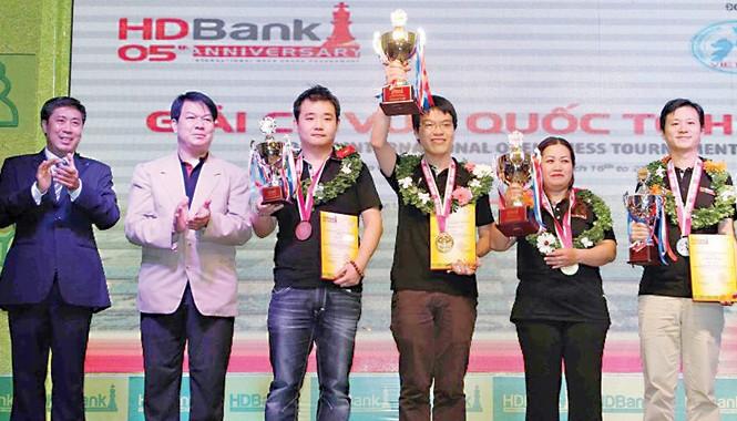 Quang Liêm (giữa) nâng cao cúp vô địch giải HDBank 2015. Ảnh: V.D