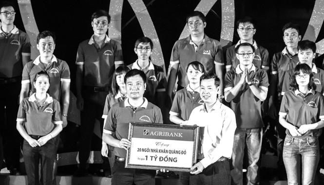 Đại diện Agribank trao tặng chương trình an sinh xã hội của Tỉnh đoàn Thái Nguyên 1 tỷ đồng để xây dựng 20 ngôi nhà Khăn quàng đỏ.