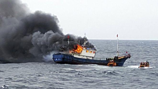 Tàu cá Trung Quốc bốc cháy trên vùng biển Hàn Quốc. Ảnh: Cảnh sát biển Hàn Quốc