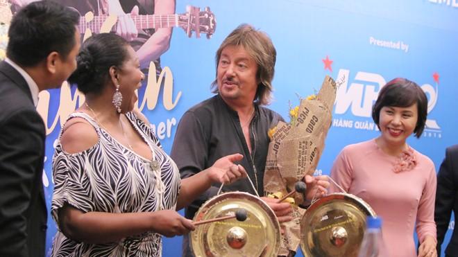 Hai ca sỹ huyền thoại Liz Mitchell, Chris Norman thích thú với món quà lưu niệm