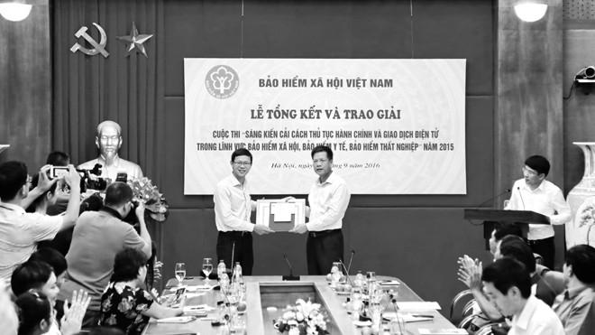 Phó Tổng Giám đốc BHXH Việt Nam Trần Đình Liệu trao Giải nhất tập thể cho Tổng Cty Viễn thông Viettel