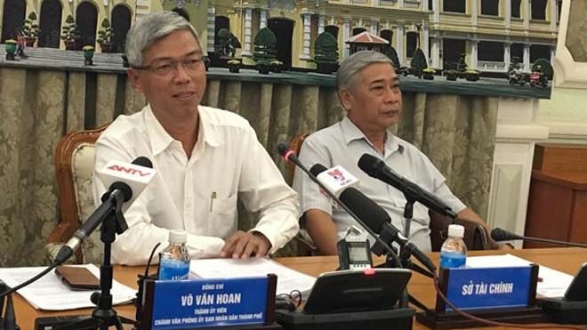 Ông Võ Văn Hoan (trái) khẳng định TPHCM cùng doanh nghiệp hợp tác để xử lí rác thải.